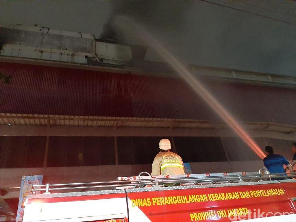 Pantang Pulang! Damkar Masih Berjuang Padamkan Api di Mal Lokasari