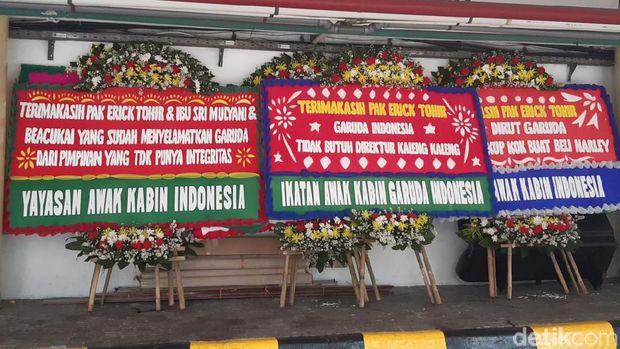 Usai Copot Dirut Garuda, Erick Thohir dapat Kiriman Karangan Bunga