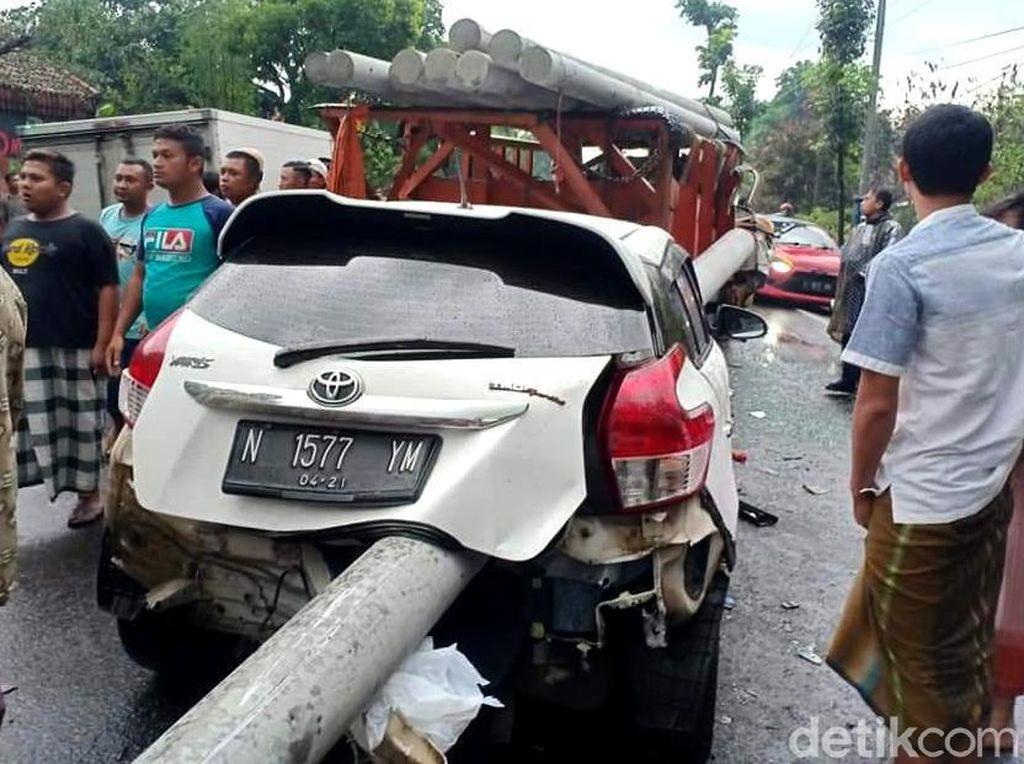 Kecelakaan Parah di Lumajang, Tiang Listrik Tembus Mobil