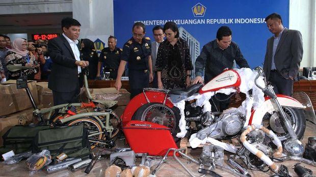 Menteri BUMN Erick Thohir dan Menkeu Sri Mulyani memeriksa komponen Harley Davidson yang diduga diselundupkan eks DIrut Garuda.