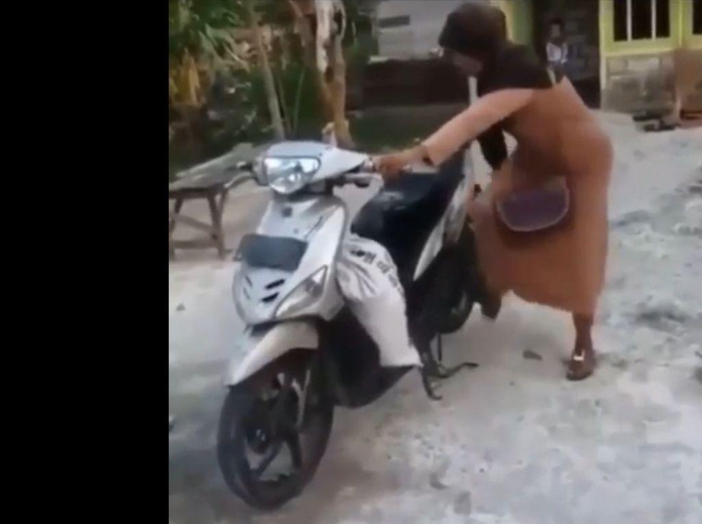 Cara Emak-emak Ini Nyelah Motor Matic Kocak, Viral Banget
