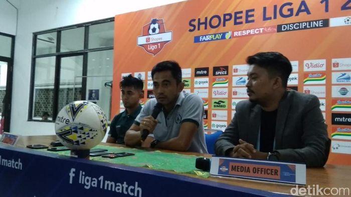 Pelatih PSS Sleman, Seto Nurdiantoro (tengah). (Foto: Pradito Rida Pertana/detikSport)