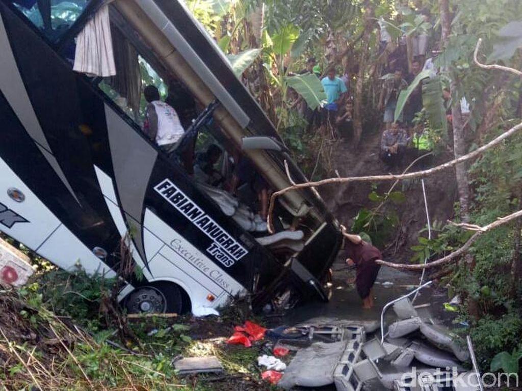 5 Orang Tewas Korban Bus Terjun ke Sungai di Blitar, Berikut Identitasnya