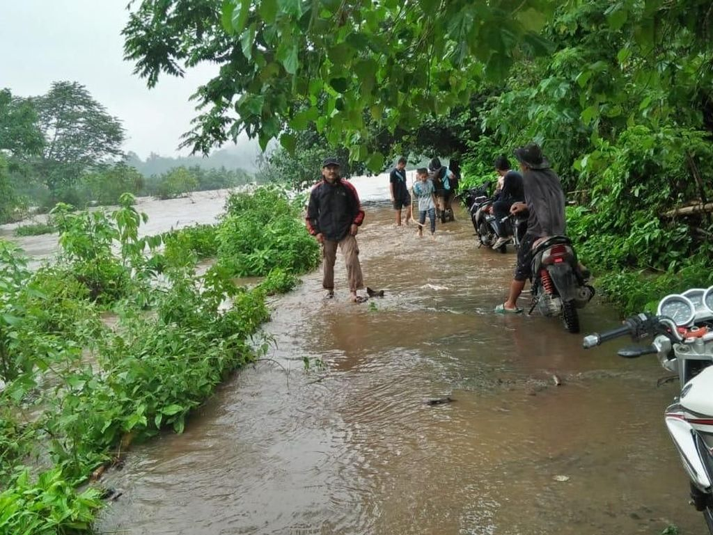 Sekolah Kebanjiran, Murid SD di Solok Selatan Tak Bisa Ikut UAS