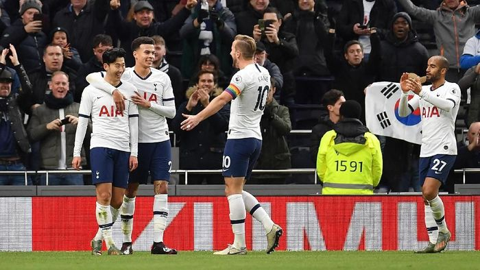 LONDON, ENGLAND - DECEMBER 07: Heung-Min Son of Tottenham Hotspur celebrates after scoring his teams third goal with Dele Alli and Harry Kane during the Premier League match between Tottenham Hotspur and Burnley FC at Tottenham Hotspur Stadium on December 07, 2019 in London, United Kingdom. (Photo by Justin Setterfield/Getty Images)