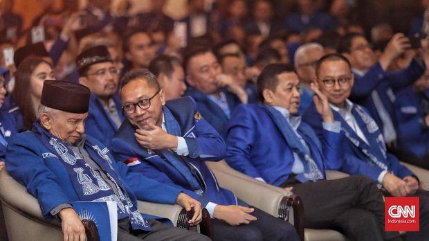 Ketua Dewan Kehormatan Partai Amanat Nasional (PAN), Amien Rais, bersama ketua umum PAN, Zulkifli Hasan saat menghadiri Rakernas V PAN di Hotel Millenium, Jakarta, Sabtu, 7 Desember 2019. CNN Indonesia/Bisma Septalisma