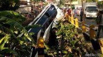 Bus Pariwisata Terjun ke Sungai di Blitar, 5 Orang Tewas