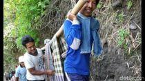 Viral, Warga Sakit Ditandu Sarung Lewati Jurang di Lereng Merapi Klaten