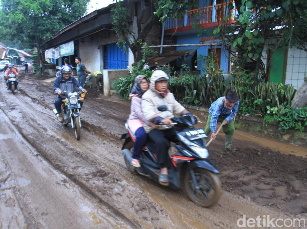 Penampakan Lumpur Banjir Bandang yang Selimuti Jalan Kertasari