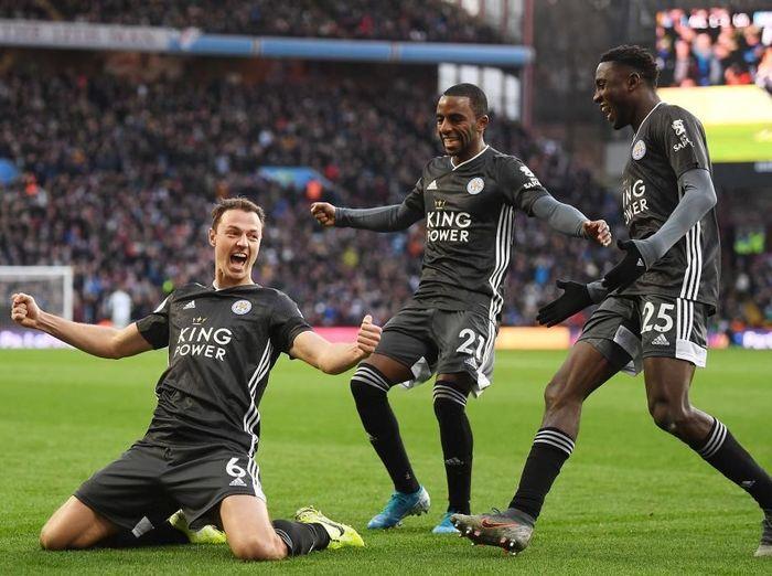 Jonny Evans merayakan golnya ke gawang Aston Villa. Foto: Michael Regan/Getty Images