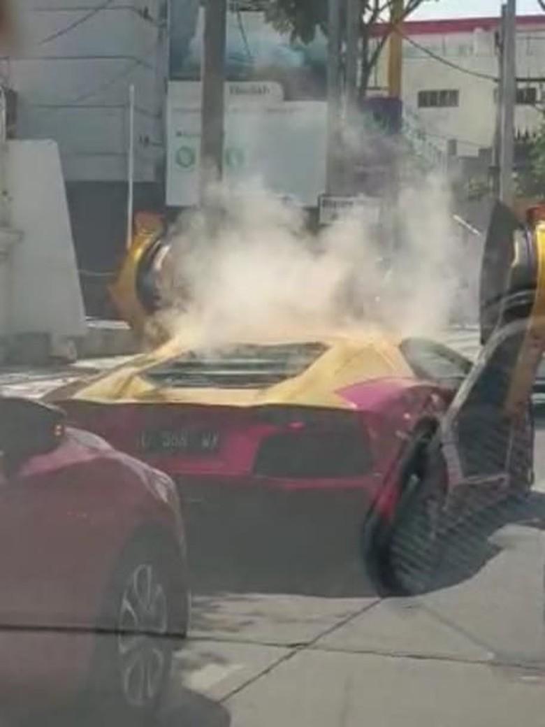 Viral Lamborghini Terbakar di Surabaya, Dua Penumpangnya Berhamburan