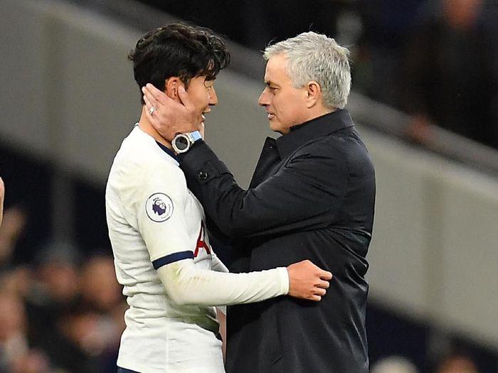 Jose Mourinho mengambil bola pertandingan milik Son Heung-Min (Justin Setterfield/Getty Images)