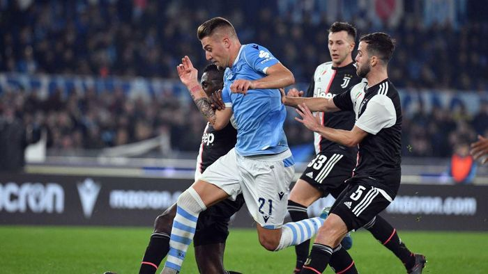 ROME, ITALY - DECEMBER 07:  Sergej Milinkovic Savic of SS Lazio competes for the ball with Miralem Pjanic of Juventus during the Serie A match between SS Lazio and Juventus at Stadio Olimpico on December 7, 2019 in Rome, Italy.  (Photo by Marco Rosi/Getty Images)