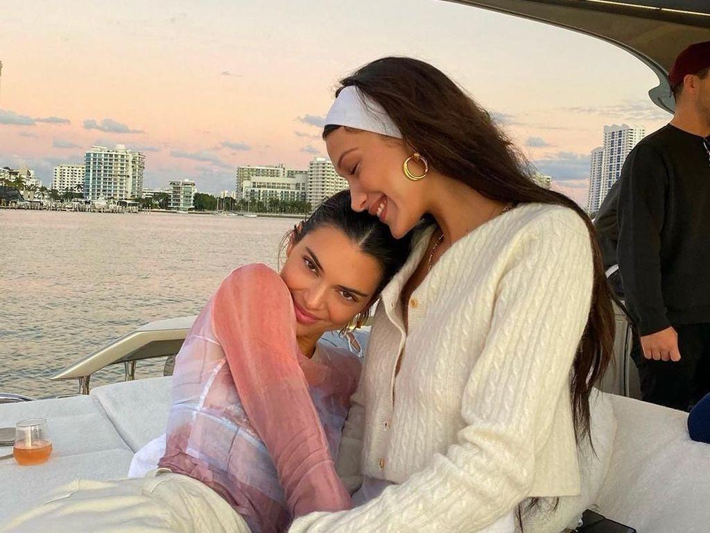 Liburan Bareng, Kendall Jenner dan Bella Hadid Pamer Foto Mesra