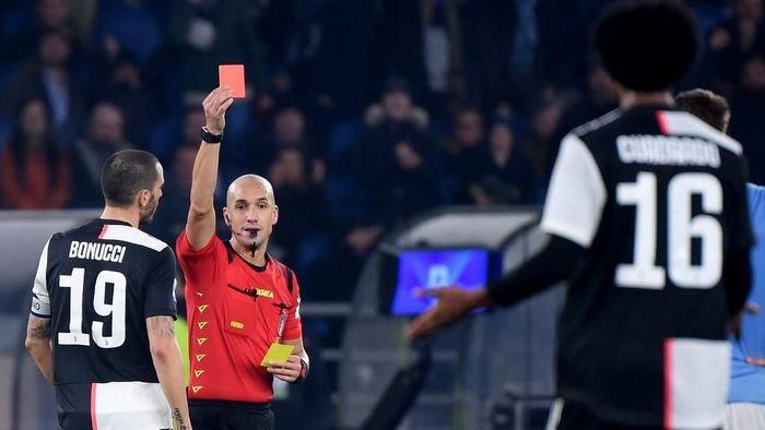 Juventus harus menuntaskan laga dengan 10 orang saat kalah dari Lazio setelah Juan Cuadrado mendapat kartu merah (Foto: Filippo MONTEFORTE / AFP)
