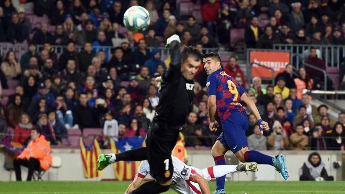 Luis Suarez mencetak gol spektakuler ke gawang Real Mallorca (Foto: Photo by Josep LAGO / AFP)