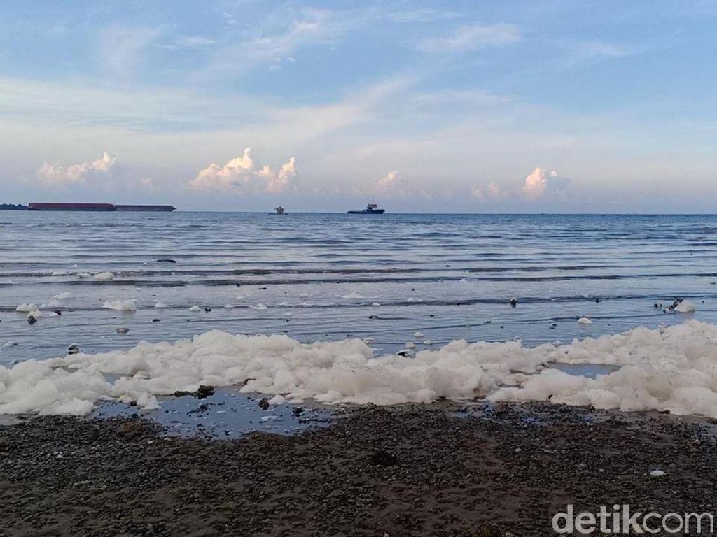 Pantai Bohai Probolinggo Sempat Tercemar Buih Putih dari PLTU Paiton