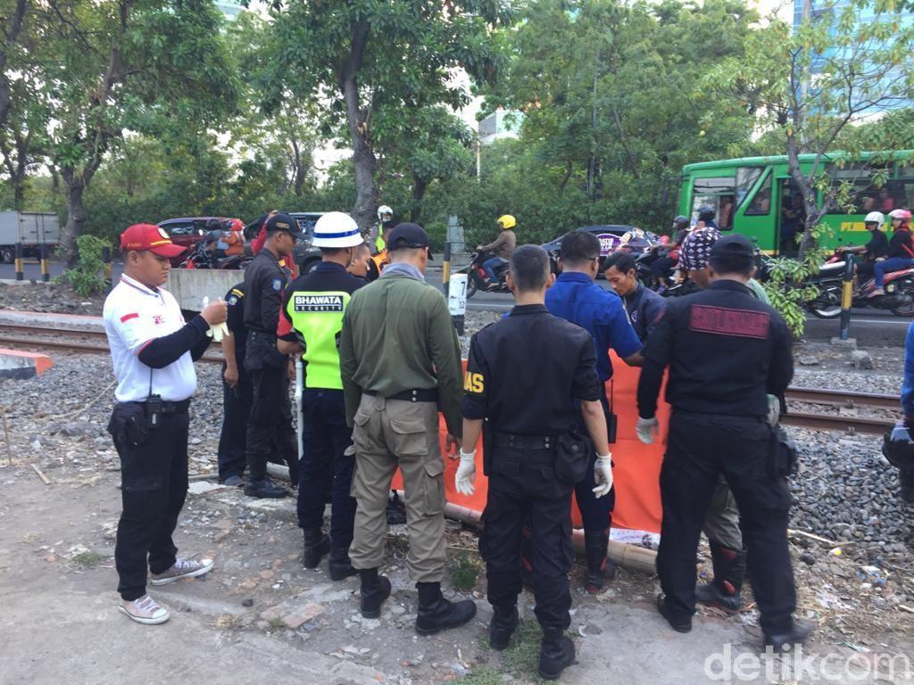 Seorang Pria di Surabaya Tewas Tabrakkan Diri ke Kereta Api yang Melintas