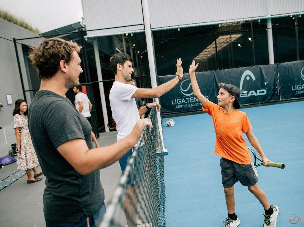 Novak Djokovic Main Tenis Bareng Anak-anak di Bali