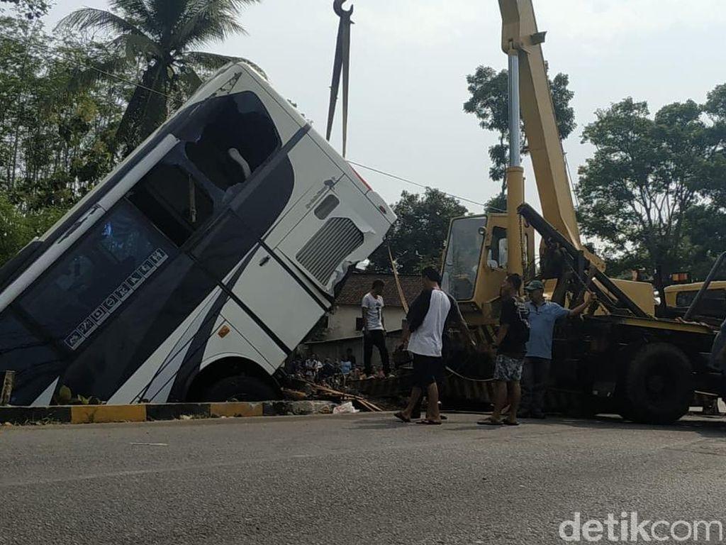Bus yang Terjun ke Sungai dan Tewaskan 5 Orang di Blitar Laik jalan