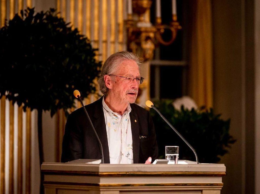 Peter Handke Terima Nobel Sastra 2019 di Tengah Protes Isu Genosida