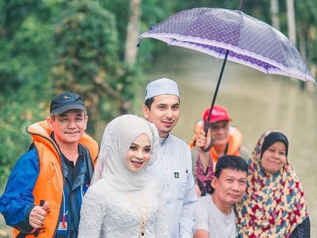 Potret Manisnya Pengantin yang Gelar Pernikahan di Tengah Banjir Viral