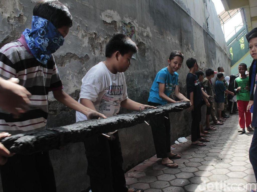 Guru dan Murid Bereskan Puing Madrasah Batujajar yang Terbakar
