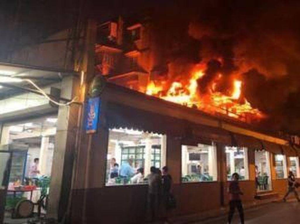Ada Gempa Hingga Kebakaran, 5 Orang Ini Tetap Santai Makan Saat Terjadi Bencana