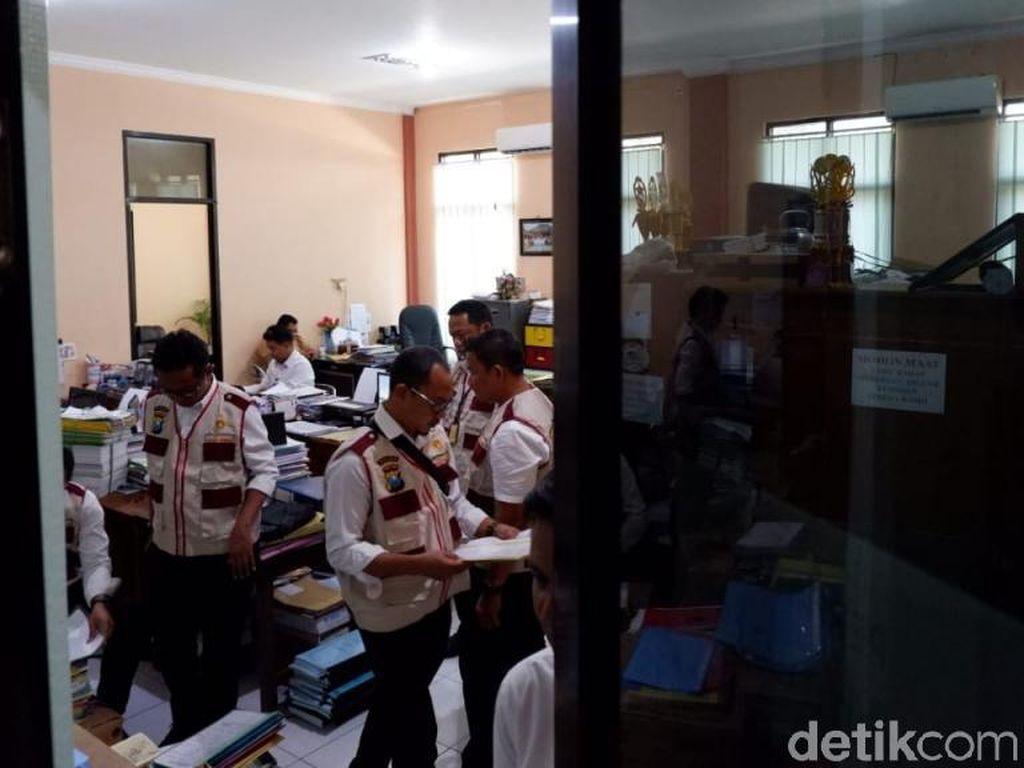 Kantor Dispendik Pasuruan Digeledah Terkait SDN Gentong, Pegawai Kaget