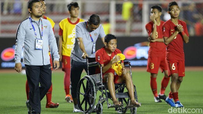 Evan Dimas Darmono harsu menggunakan kursi roda di saat pengalungan medali SEA Games 2019. (Grandyos Zafna/detikSport)