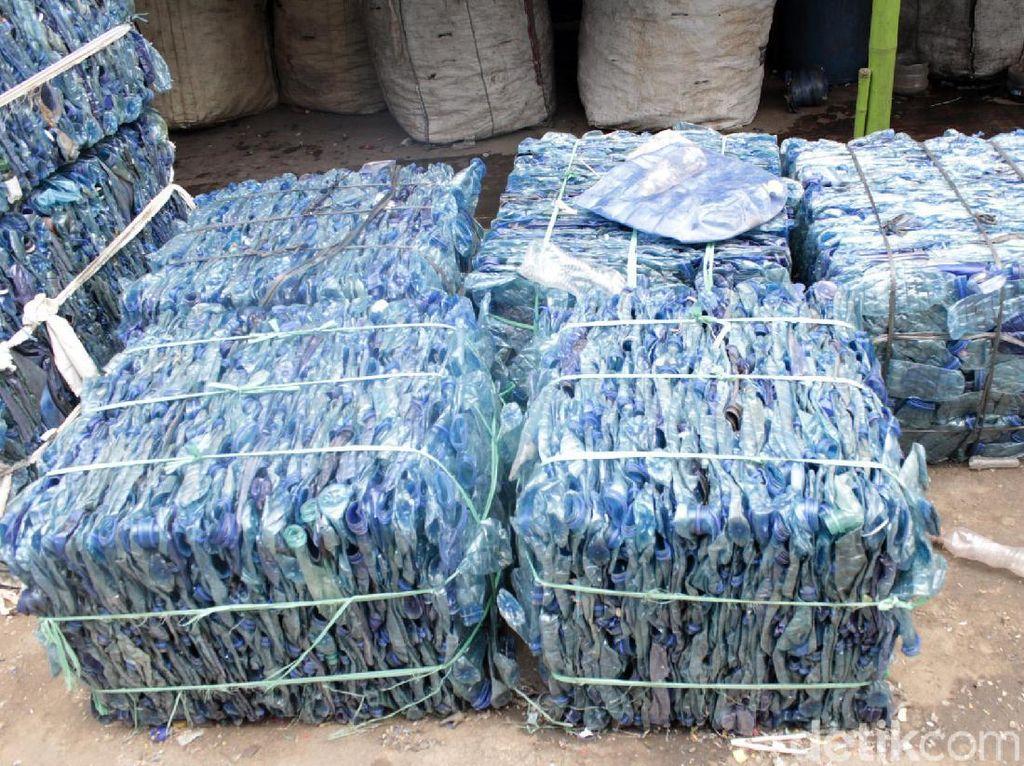 Melihat Proses Daur Ulang Sampah Plastik Jadi Botol Kemasan