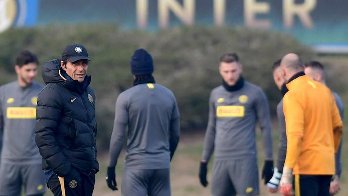 Inter Milans Italian head coach Antonio Conte (L) supervises a training session on December 9, 2019 in Appiano Gentile, on the eve of the UEFA Champions League Group F football match Inter Milan vs Barcelona. (Photo by Miguel MEDINA / AFP)