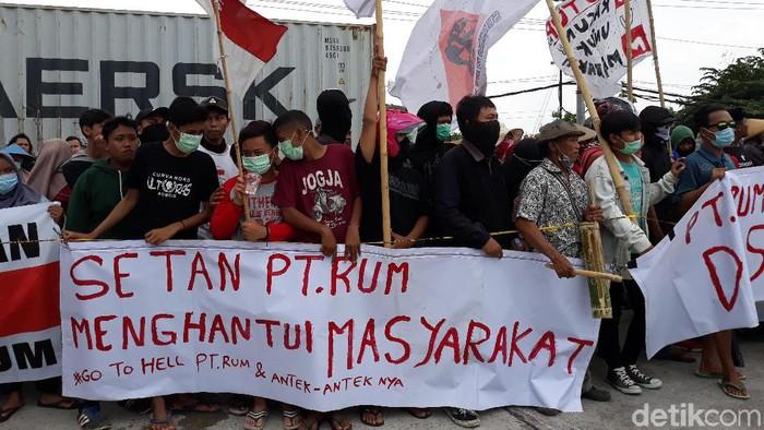 Demo mendesak penutupan PT RUM Sukoharjo. (Foto: Bayu Ardi Isnanto/detikcom)