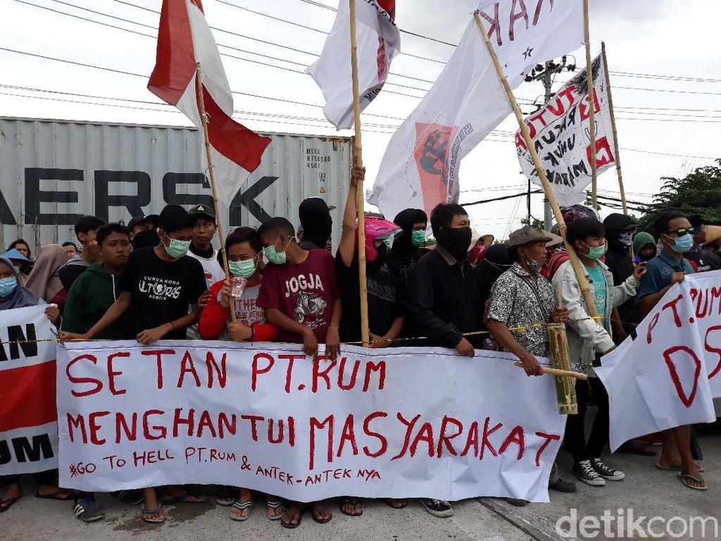 Bunyikan Kentongan Penanda Bau, Warga Demo Tuntut PT RUM Tutup