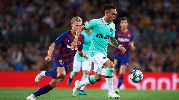 BARCELONA, SPAIN - OCTOBER 02: Lautaro Martinez of Inter runs with the ball followed by Frenkie De Jong of FC Barcelona during the UEFA Champions League group F match between FC Barcelona and Inter at Camp Nou on October 02, 2019 in Barcelona, Spain. (Photo by Alex Caparros/Getty Images)