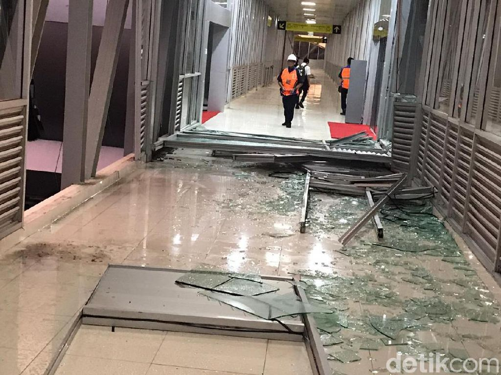 Angin Ribut di Solo, Pohon Tumbang dan Pecahkan Kaca Skybridge