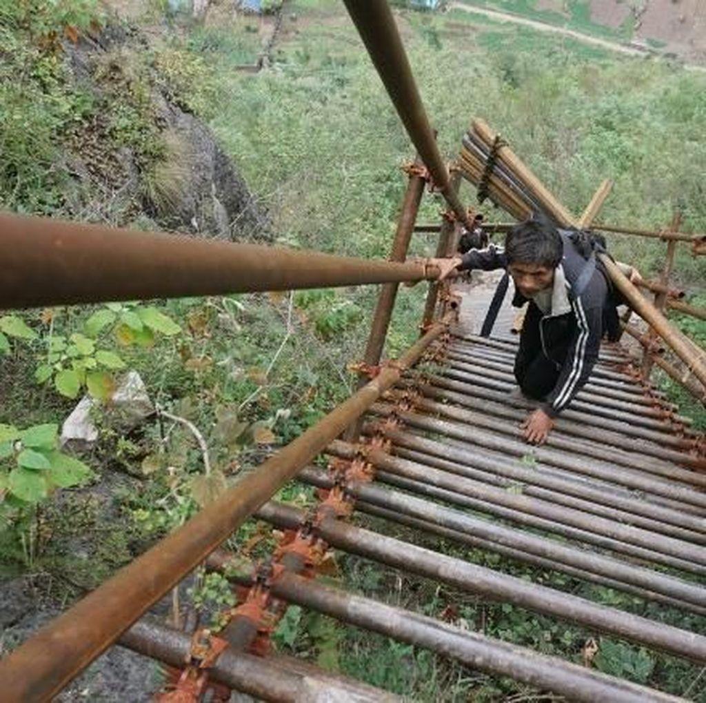 Potret Tangga Langit, Jalan Ngeri ke Desa di Balik Tebing