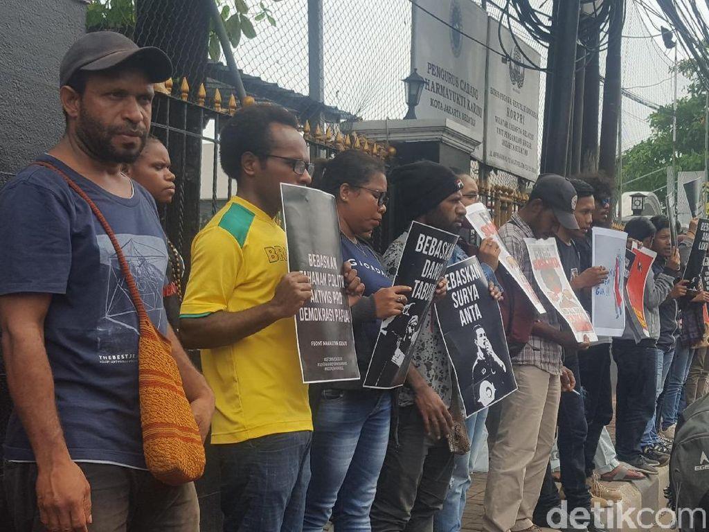 Jelang Vonis, Massa Minta PN Jaksel Bebaskan Pengibar Bintang Kejora