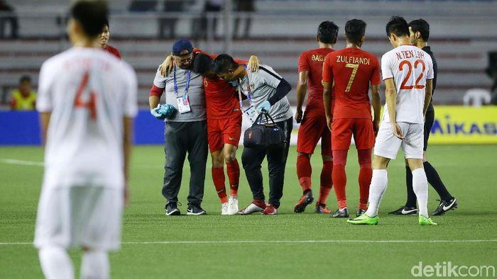 Tampil sebagai starter dalam pertandingan final sepakbola SEA Games di Stadion Rizal Memorial, Selasa (10/12/2019), Evan terpaksa ditarik keluar pada menit ke-23. Dia dapat tekel keras dari Doan Van Hau. Foto: Grandyos Zafna