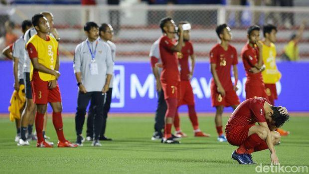 Timnas U-22 tertunduk lesu di Rizal Memorial Stadium.