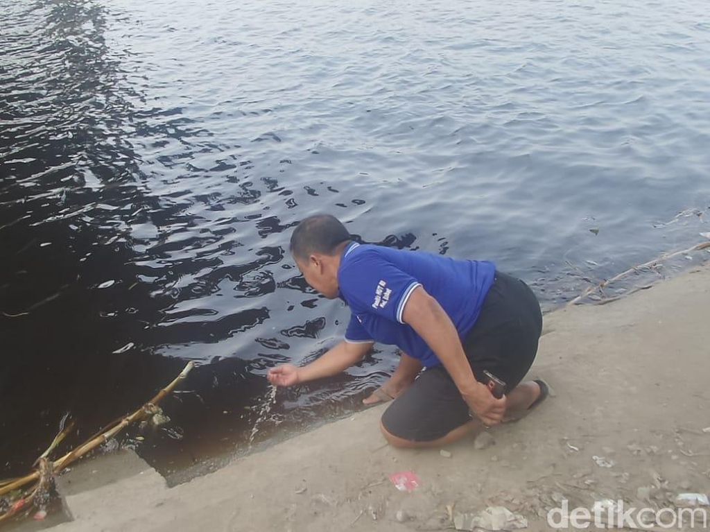 Air Bengawan Solo di Lamongan Berwarna Kehitaman