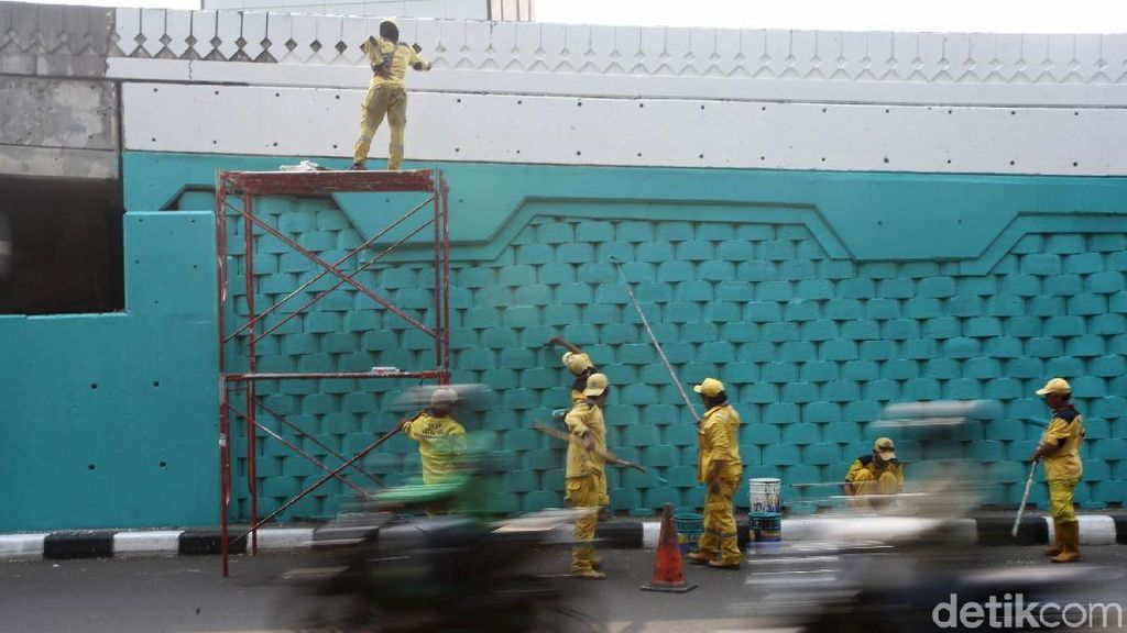 Aksi Petugas Bina Marga Warnai Tembok JLNT Antasari