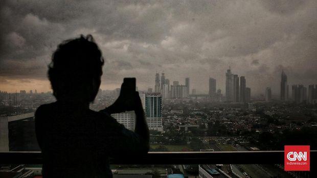 Pemandangan saat awan mendung menyelimuti wilayah Jakarta. Rabu (11/12/2019). Badan Meteorologi, Klimatologi, dan Geofisika (BMKG) memperkirakan puncak musim hujan akan berlangsung mulai Februari 2020 di wilayah DKI Jakarta. Meski belum memasuki puncak musim hujan, BMKG mengimbau masyarakat tetap mewaspadai potensi banjir sejak masa transisi saat ini.  CNN Indonesia/Andry Novelino