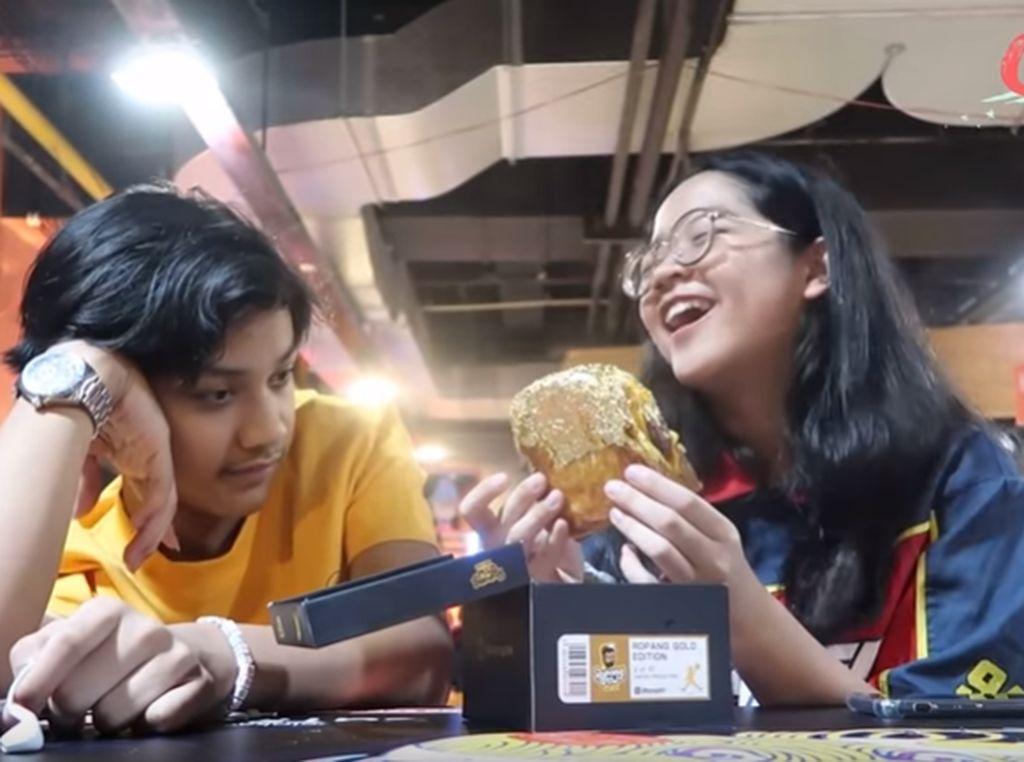 Wow! Cinta dan Nino Kuya Habiskan Roti Bakar Berlapis Emas 24 Karat