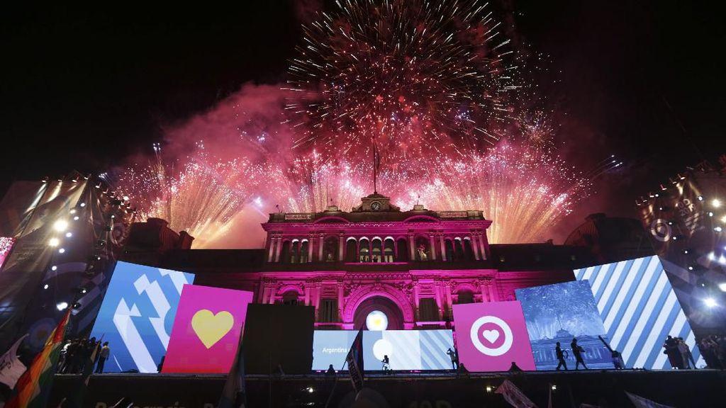 Pesta Kembang Api Sambut Pelantikan Presiden Argentina