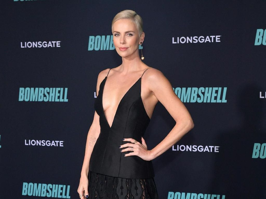 Sexy In Black! Gaya Charlize Theron dengan Mini Dress Dior
