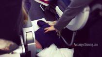 Tidurin Anak di Pesawat... Nggak Begini Juga Kali