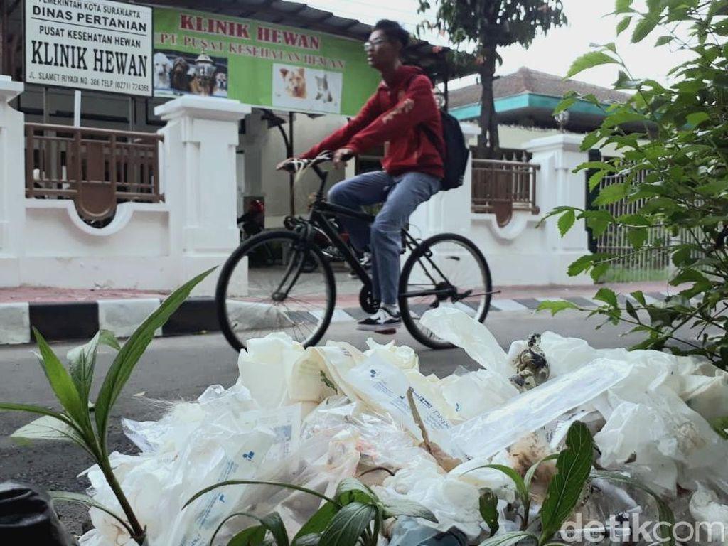 Iyuh... Sampah Medis Klinik Hewan Berserakan di Tepi Jalan Solo