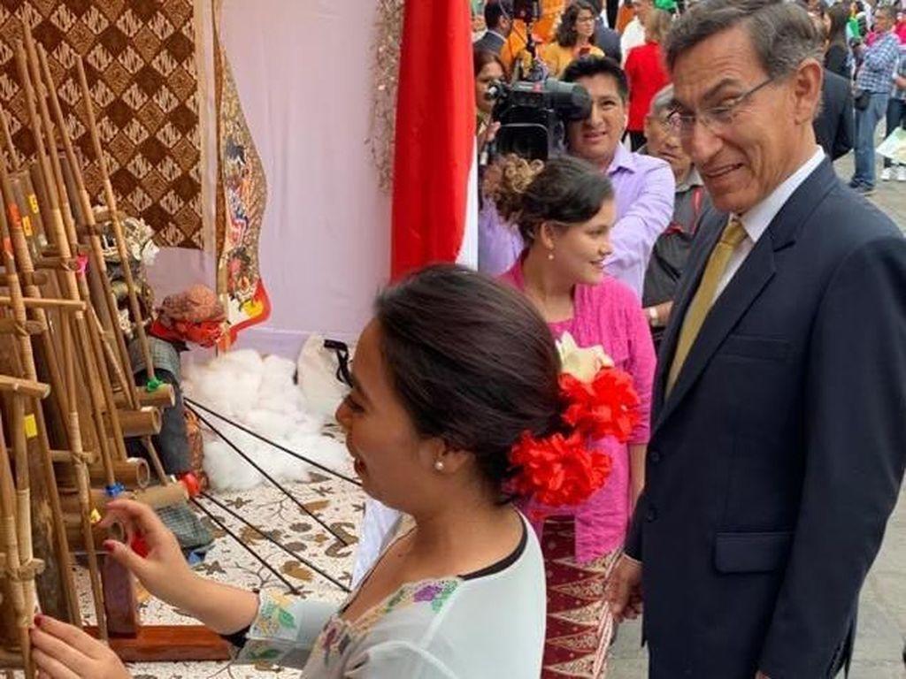Presiden Peru dan Ibu Negara Terpesona Angklung Indonesia