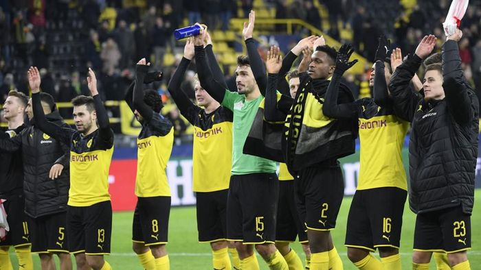 Dortmunds team celebrates after the UEFA Champions League Group F football match between Borussia Dortmund and SK Slavia Prague on December 10, 2019 in Dortmund, western Germany. (Photo by Ina Fassbender / AFP)